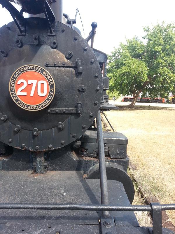 Imagen de frente de la UdeY 270, mostrando su número en blanco dentro de un circulo en rojo