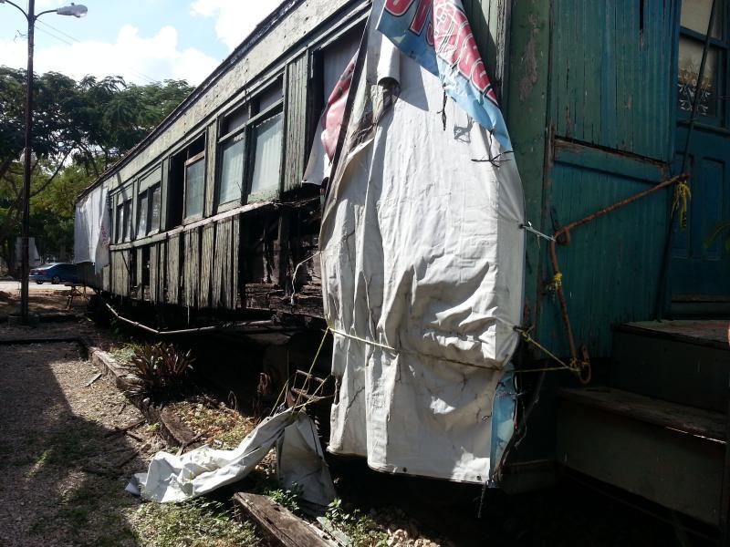 Imágen de un vagón antiguo de madera, en un estado avanzado de deterioro