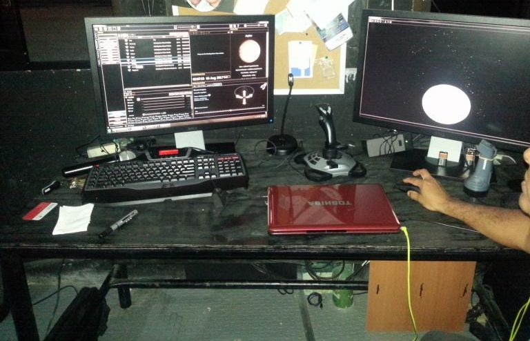 Imagen en el ointerior del Planetario Yook'ol Kaab en Chetumal, mostrando el equipo que genera la experiencia del espacio